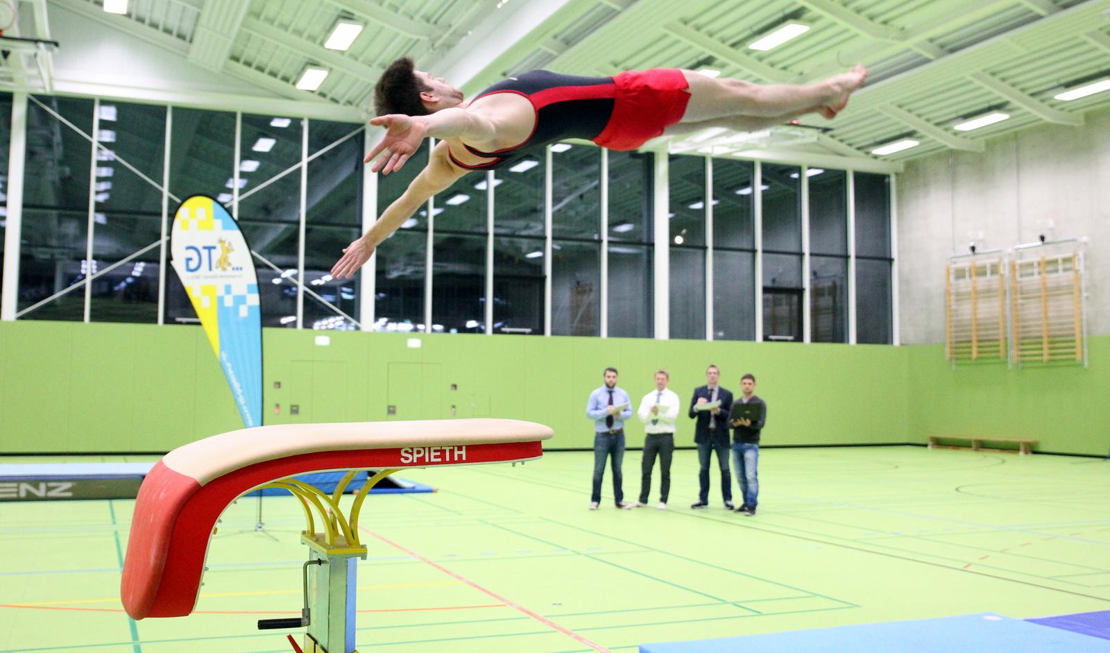 Marc Pfeilsticker beim Flug durch die Halle