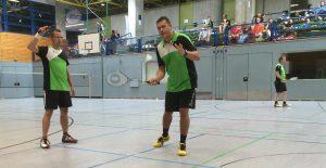 """Die """"Turniersieger-Besieger"""" Ralf Frick (links) und Christof Rauhut konzentriert bei der Angabe."""